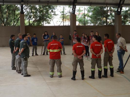 Jovens do GEMA aprendendo a combater Incêndio